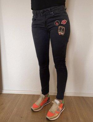 Schwarze Jeans mit Patches