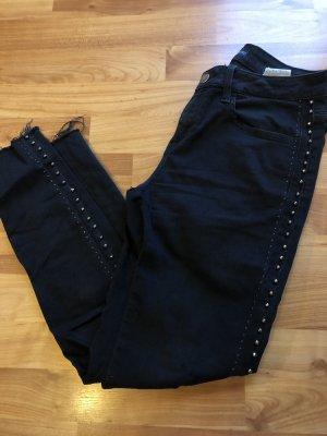 Schwarze Jeans mit Perlen an den Seiten