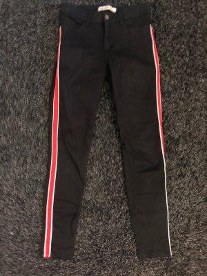 Schwarze Jeans mit rotem Streifen
