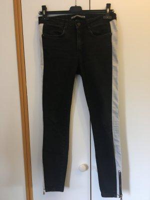 schwarze Jeans mit seitlichen weißen Streifen