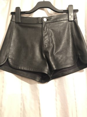 Schwarze kurze Hose aus Lederimitat