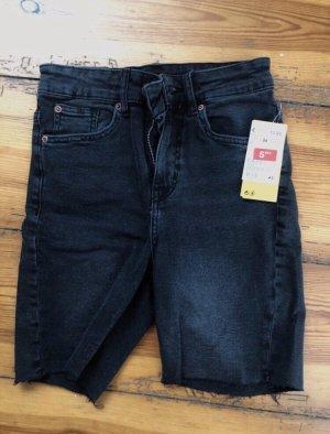 Schwarze kurze Jeans