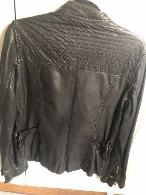 Schwarze Lederjacke der Marke Maze