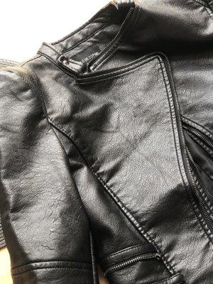 schwarze Lederjacke mit Reißverschlussdetails