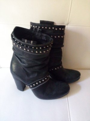 Schwarze Lederschuhe mit Nieten