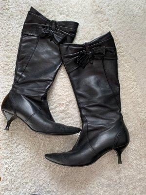 Schwarze Lederstiefel mit Schleife und Pfennigabsatz