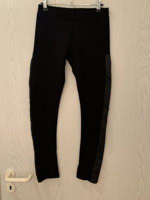 Schwarze Leggings mit Ledereinsatz an der Seite