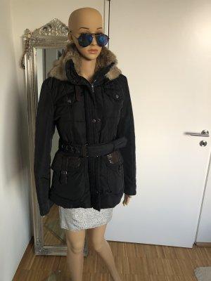 Schwarze Mabrun Jacke mit Echtfell und Lederdetails an Taschen