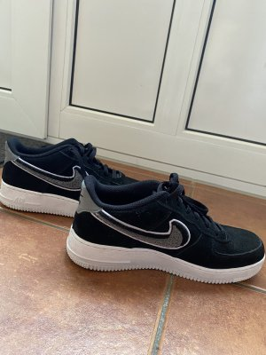 Schwarze Nike Air Force
