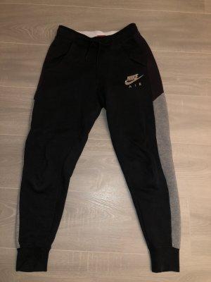 Schwarze Nike-Jogginghose