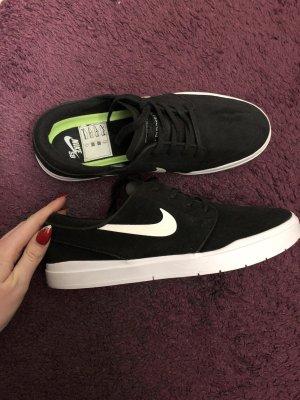 Schwarze NIKE Schuhe