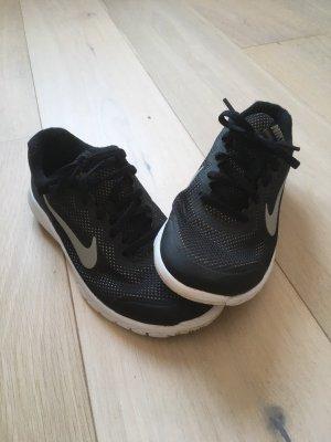 Schwarze Nike-Schuhe