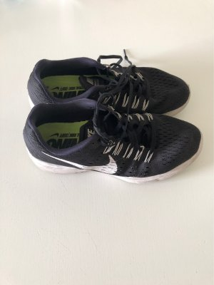 Schwarze Nikes Running neutral soft Gr. 42