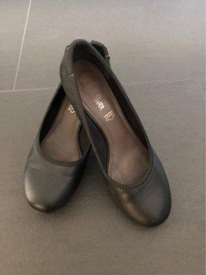 Schwarze offene Schuhe mit kleinem Absatz