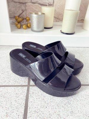 Schwarze Sandalen in Stil der 90er