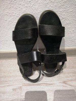 Schwarze Sandalen mit Gold Detail