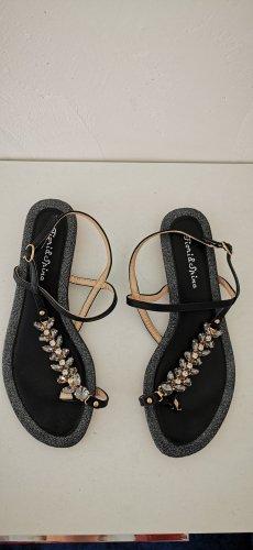 Schwarze Sandalen mit goldenen und silbernen Steinen
