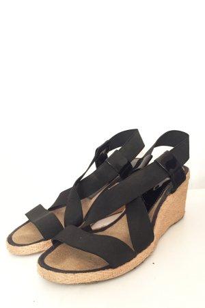 Schwarze Sandalen mit Keilabsatz und Details in Lackoptik