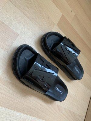 Schwarze Schlappen