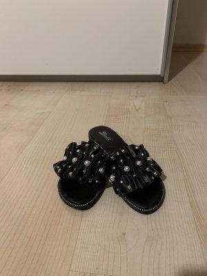 Schwarze Schlappen mit Steinen (Gr. 39)