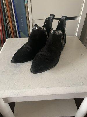 Schwarze Schuhe mit Ösen