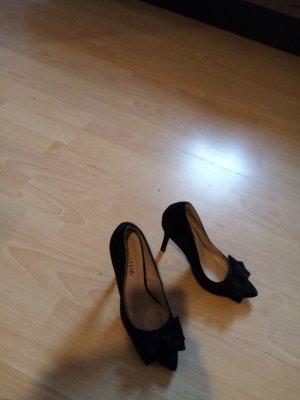 Schwarze Schuhe mit schleife