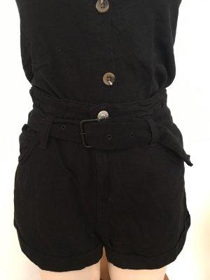 schwarze Shorts mit Gürtel