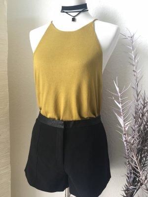 schwarze Shorts mit Taschen und Lederdetail am Bund