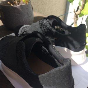 Schwarze Slip-On von UGG