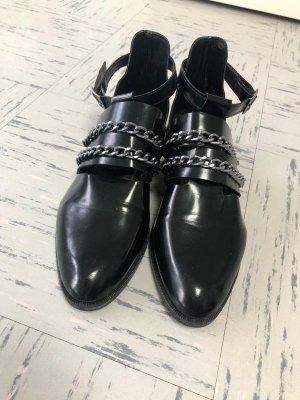 Schwarze Slipper mit Kette