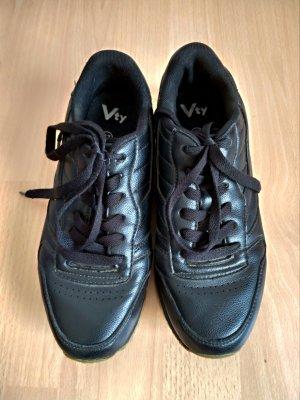Schwarze Sneaker Turnschuhe ohne Makel. Größe 37
