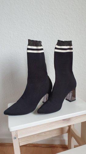 Schwarze Sockboots mit Metallicabsatz