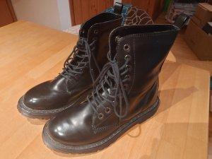 Schwarze Stiefel im Stil von Doc Martens