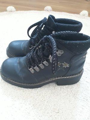 Schwarze Stiefel im Trachtenstil