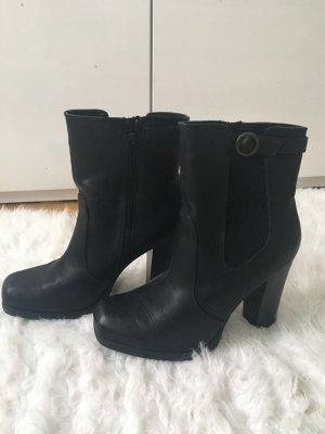 Schwarze Stiefel mit Absätzen