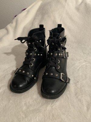 Schwarze Stiefel mit Details