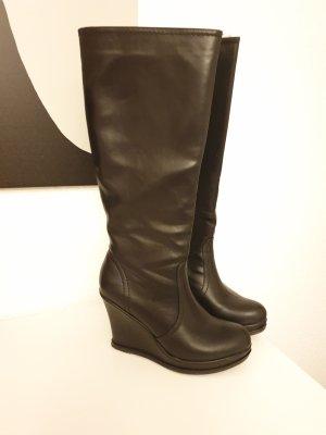 schwarze Stiefel mit Keilabsatz
