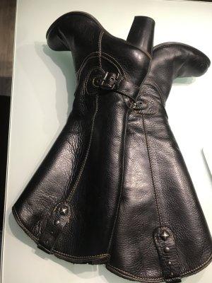 Schwarze Stiefel mit Nieten und Schnallen