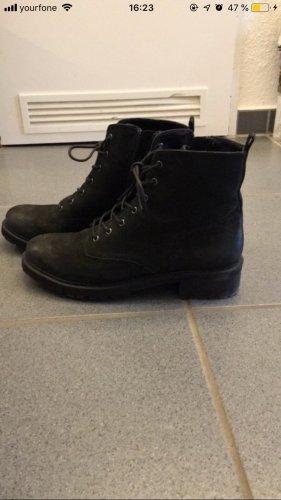 Schwarze Stiefel mit Reisverschluss