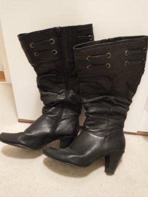 schwarze Stiefel mit weitem Schacht