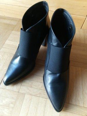 schwarze Stiefeletten mit Absatz