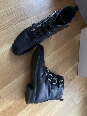 Schwarze Stiefeletten mit Nieten