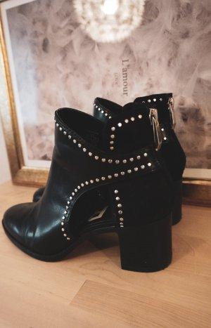 Schwarze Stiefeletten mit Nieten Verzierung