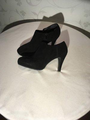 schwarze Stiefelletten mit Plateauabsatz