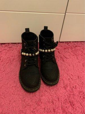 Schwarze stiefeln mit Perlen