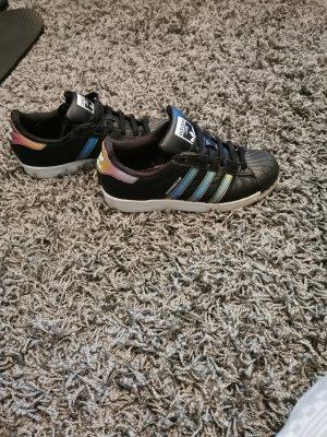 Schwarze Superstars adidas