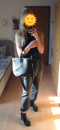 Schwarze Tasche in Lederoptik variabel tragbar