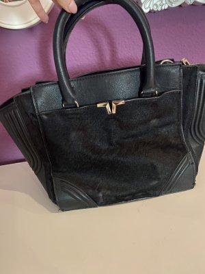 Schwarze Tasche mit Fellimitat