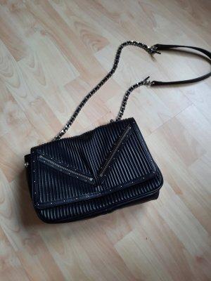 schwarze Tasche mit Nieten