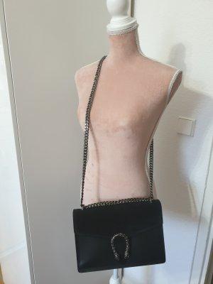 schwarze Tasche mit silbernen Details